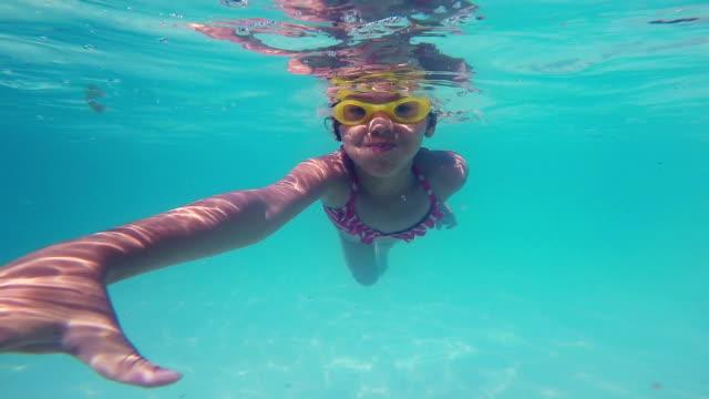 stockvideo's en b-roll-footage met 2 happy little girls learning to swim in pool - babymeisjes