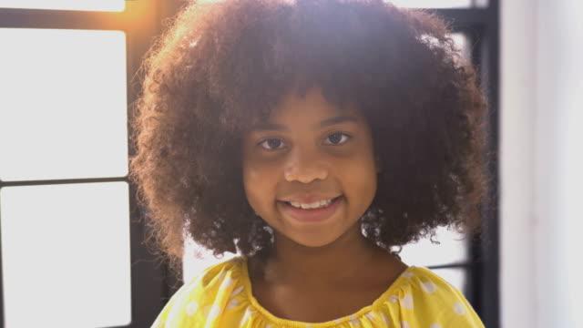 stockvideo's en b-roll-footage met gelukkig weinig glimlach afrikaans meisje - afro amerikaanse etniciteit