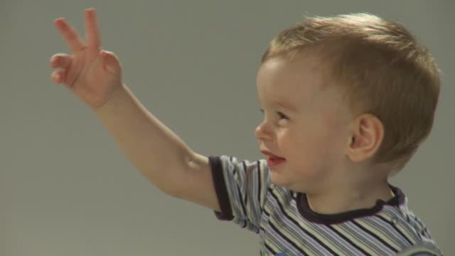 vidéos et rushes de hd : heureux petits enfants - bras en l'air