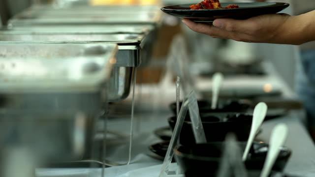 stockvideo's en b-roll-footage met gelukkig verliefde paar genieten van ontbijt in een café. liefde, dating, voedsel, levensstijl. - dineren