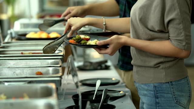 vídeos de stock, filmes e b-roll de casal amoroso feliz desfrutando de pequeno-almoço num café. amor, namoro, comida, estilo de vida. - buffet refeições