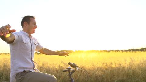 hd-super langsam mo: glücklicher mann radfahren, ohne die hände - freedom stock-videos und b-roll-filmmaterial