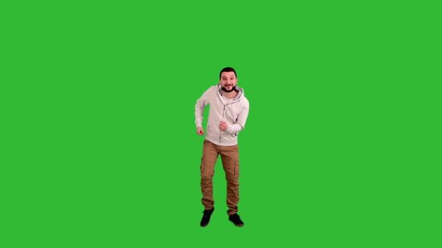 vídeos y material grabado en eventos de stock de hombre feliz bailando en pantalla verde de fondo - encuadre de cuerpo entero