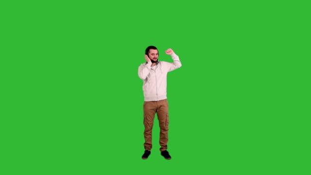 glücklicher mann tanzen auf green-screen-hintergrund - ganzkörperansicht stock-videos und b-roll-filmmaterial