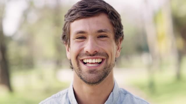 vídeos y material grabado en eventos de stock de un hombre feliz es un hombre guapo - soleado