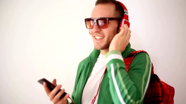 Uomo felice ascoltando musica