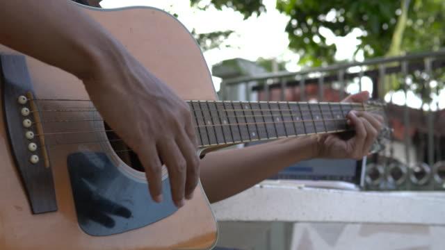 ハッピーマンは、自宅でクラシックギターと歌の歌を演奏 - シンガーソングライター点の映像素材/bロール