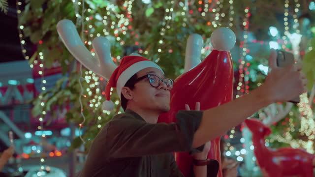 vídeos de stock e filmes b-roll de happy man selfie video christmas day - one mid adult man only