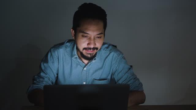 uomo felice con lavoro a tarda notte ufficio - archivista video stock e b–roll