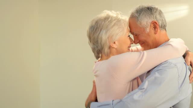 vídeos de stock e filmes b-roll de feliz casal maduro - casal de meia idade