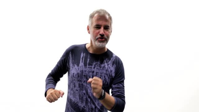 vídeos y material grabado en eventos de stock de hombre maduro feliz bailando sobre fondo blanco - hombres maduros