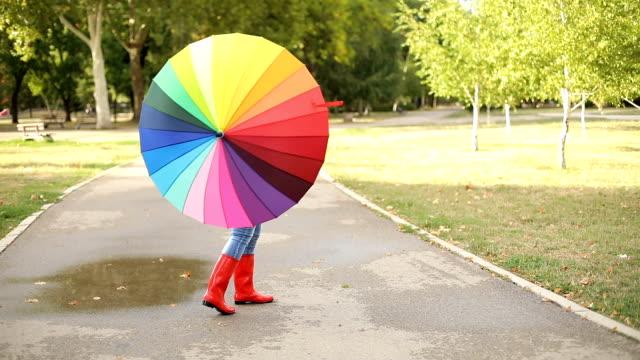 glücklich reife frau outdoor im herbst - regenschirm stock-videos und b-roll-filmmaterial