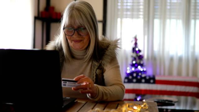 glückliche reife frau online einkaufen - lesebrille stock-videos und b-roll-filmmaterial