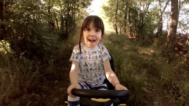 vídeos de stock, filmes e b-roll de boas lembranças da sua jovem days- uma criança de tree drive siga-chart, off-road - brinquedo
