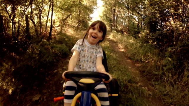 vidéos et rushes de heureux souvenirs de son jeune jours :  un enfant de tree drive, parcourez-tableau des récompenses sur la route - sports utility vehicle