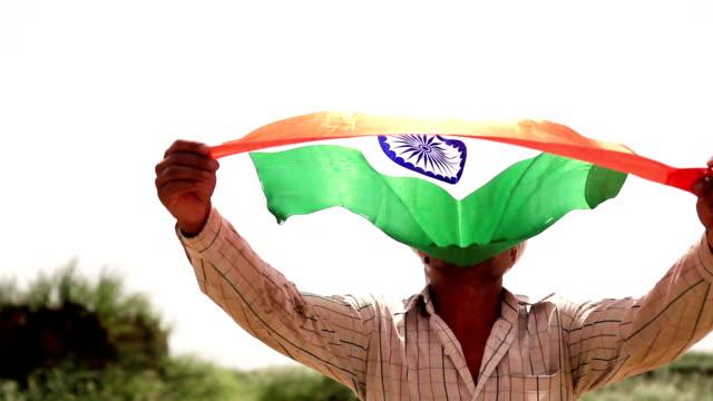 Gelukkig mannen uitvoering van nationale vlag in zijn hand