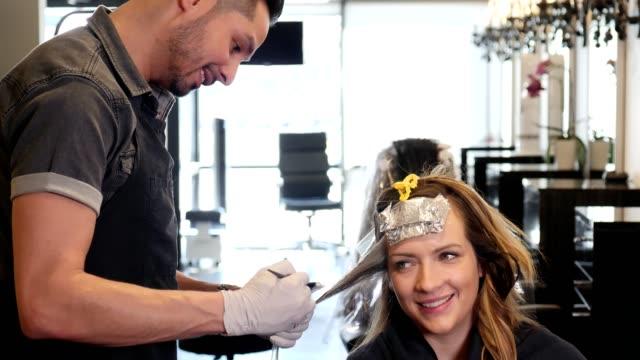 vídeos de stock, filmes e b-roll de feliz meados sorrisos de mulher adulta, como ela fala com o estilista de cabelo - salão de beleza