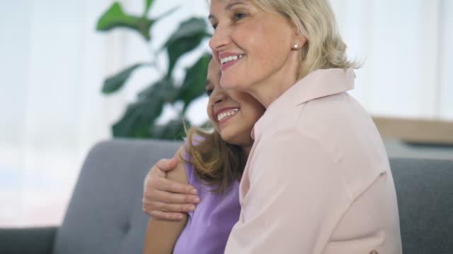幸せなミックススキン家族が一緒に住んでいます - 義母点の映像素材/bロール