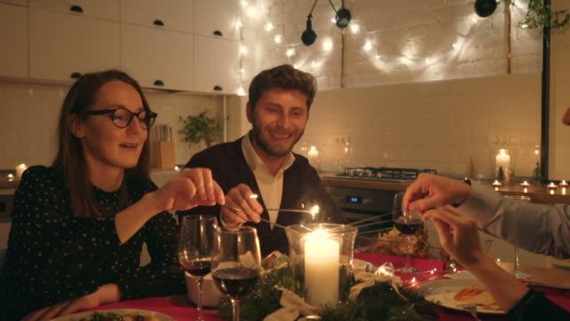 vídeos y material grabado en eventos de stock de momentos de felicidad entre amigos. - mesa de comedor