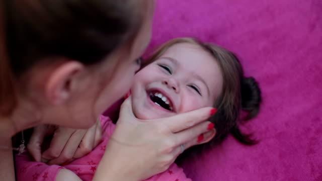 vidéos et rushes de moments de bonheur entre mère et fille - chatouiller
