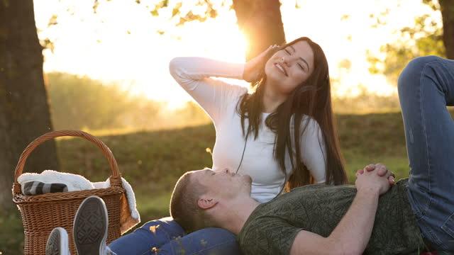 vídeos y material grabado en eventos de stock de momentos felices juntos - cesta de picnic