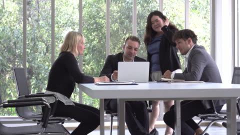happy mood möte - vid bildbanksvideor och videomaterial från bakom kulisserna