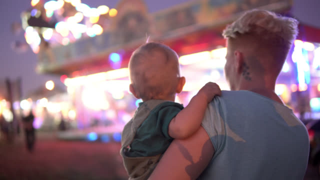 vidéos et rushes de mère et chéri heureux au stationnement d'amusement - format hd