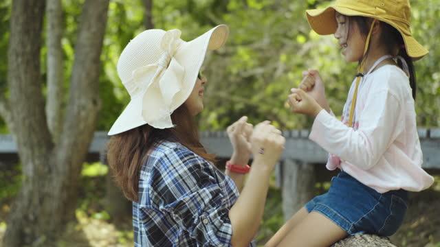 vídeos de stock, filmes e b-roll de mãe e filha felizes juntas nas férias de verão. - artigo de vestuário para cabeça