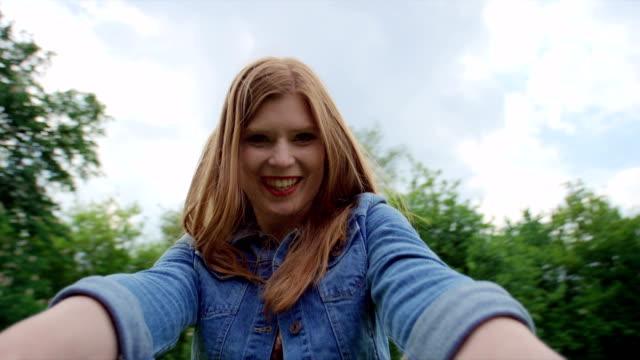 vidéos et rushes de heureuse mère avec enfants s'amuser dans le parc verdoyant. - tante