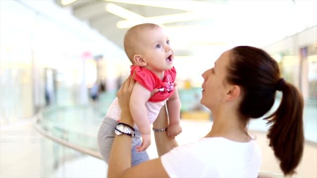 Heureuse mère avec son bébé dans les boutiques