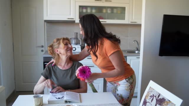 vídeos de stock, filmes e b-roll de feliz dia das mães, mãe! - surpresa