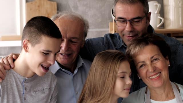 stockvideo's en b-roll-footage met gelukkige multi generatie familie - 14 15 jaar