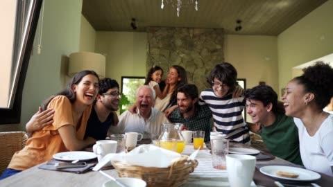vídeos y material grabado en eventos de stock de feliz familia multigeneración - plato de comida