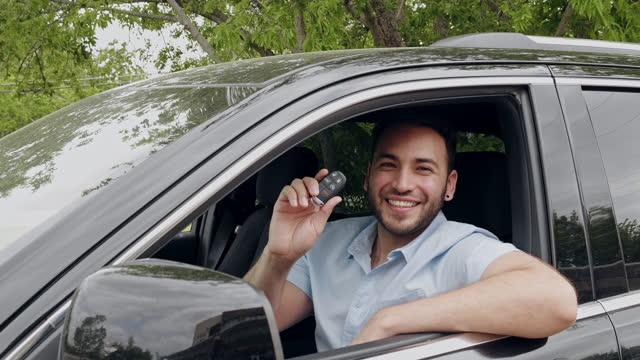 幸せな新しい車の所有者 - 車のキー点の映像素材/bロール