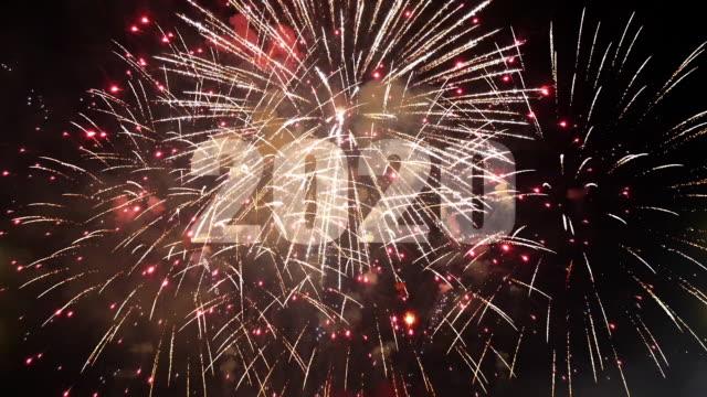 frohes neues jahr 2020 feuerwerk - silvester stock-videos und b-roll-filmmaterial
