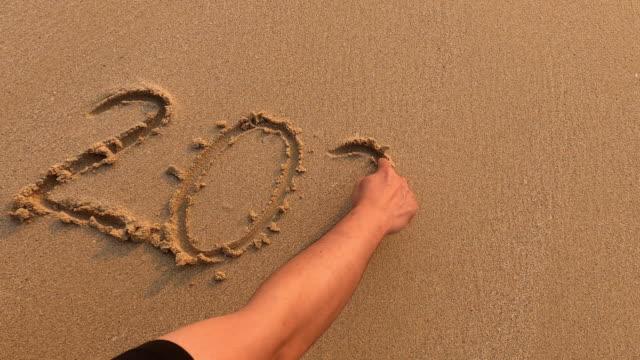 砂の海の波のビーチでハッピーニューイヤー2020 - 地形点の映像素材/bロール