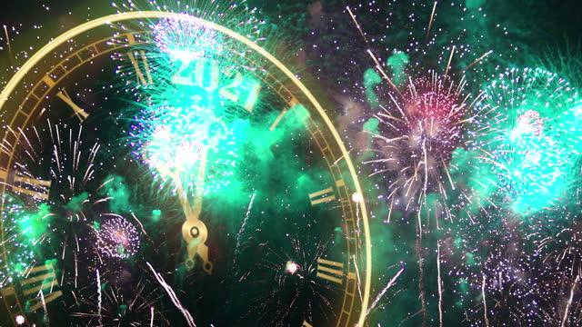 ハッピーニューイヤー2021時計カウントダウンとスパークラー、花火大会2021 - firework display点の映像素材/bロール