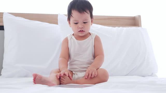 vidéos et rushes de heureux de l'âge de nouveau-né asiatique 10 mois sur la vidéoconférence pour appel à la mère ou des parents pendant la distanciation sociale ensemble rester à la maison pour prévenir les épidémies de coronavirus ou covide-19.people sur le conce - new age concept