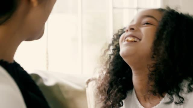 vídeos de stock, filmes e b-roll de feliz da menina de raça mista jogando jogo de lanche com a mãe dela - alimentando