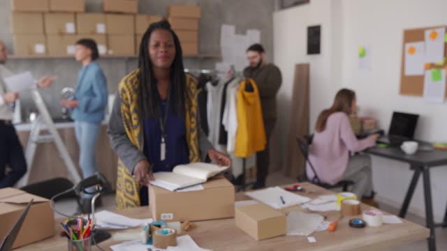 オフィスでハッピーオンラインショッピングビジネスオーナー - スモールオフィス点の映像素材/bロール