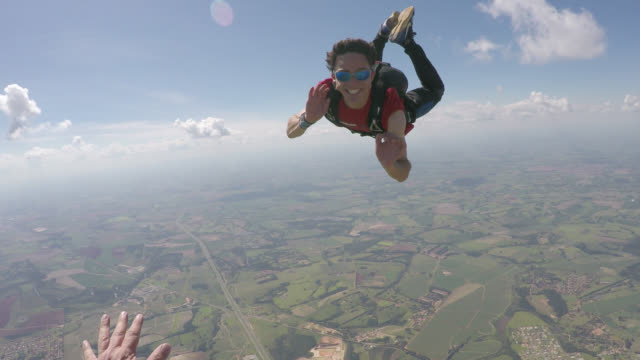 happy parachutist in free fall - point of view - extremsport perspektive stock-videos und b-roll-filmmaterial