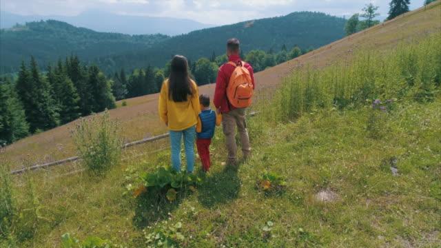 Glückliche Eltern Wandern mit ihrem kleinen Sohn