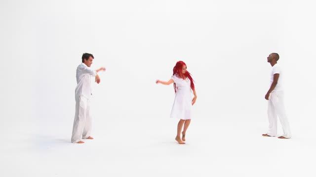 hd :幸せな人々のダンス - three objects点の映像素材/bロール