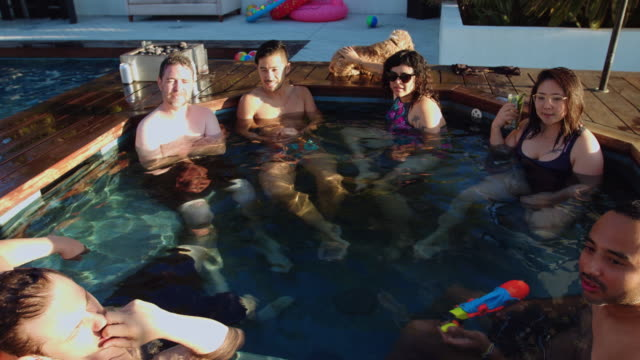 Gelukkige mensen genieten van de Hot Tub op Pool Party
