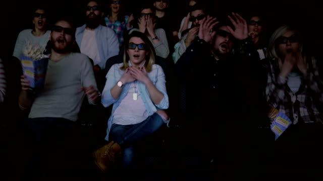 3 d 映画を見て映画を楽しんで幸せな人 - 3dメガネ点の映像素材/bロール