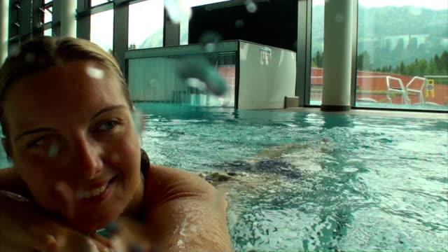 vídeos de stock, filmes e b-roll de mulher feliz alegre desfrutando de bem-estar em uma piscina, câmera subaquática - só uma mulher jovem