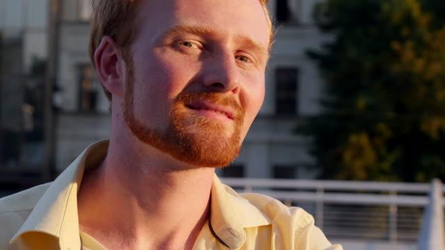 glücklich rothaarigen mann lächelnd in die kamera - 20 24 years stock-videos und b-roll-filmmaterial