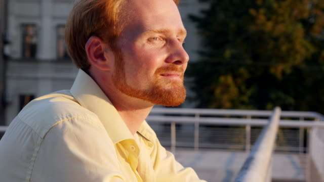 stockvideo's en b-roll-footage met gelukkig roodharige man glimlachen naar de camera - 20 24 years