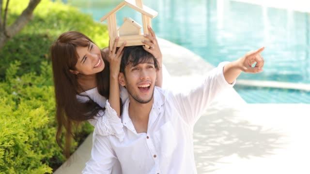vídeos y material grabado en eventos de stock de feliz romántico parejas amante hablando y bebiendo vino mientras tiene un picnic en casa - cesta de picnic