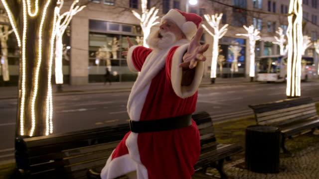 happy santa claus in city at night - nur erwachsene stock-videos und b-roll-filmmaterial